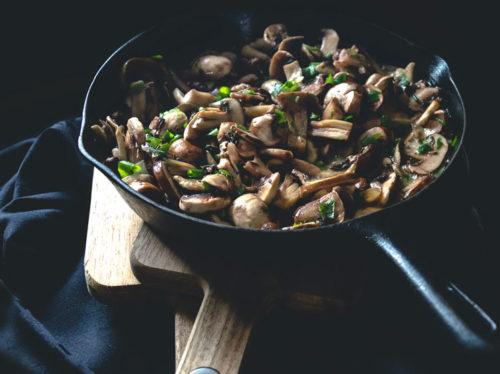 champignons in der pfanne braten und würzen