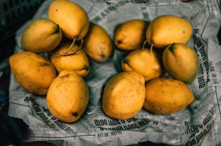 mango nachreifen in Zeitungspapier