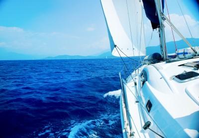 Yacht in Fahrt mit Blick aufs Meer