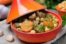 Geschmortes Rindfleisch mit Gemüse in einer Tajine