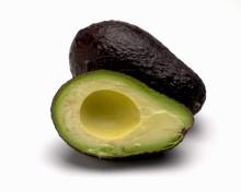 Avocado, aufgeschnitten und entkernt
