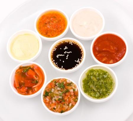 Acht verschiedene Saucen in kleinen Schüsseln