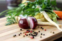 Frisches Gemüse auf Holztisch