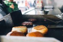 Burgergrill in einem Foodtruck
