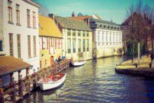 Boote im Kanal einer norddeutschen Stadt