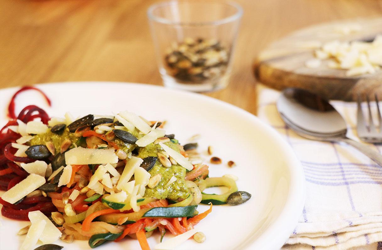 Rezept: Bunte Gemüsenudeln mit Basilikumpesto
