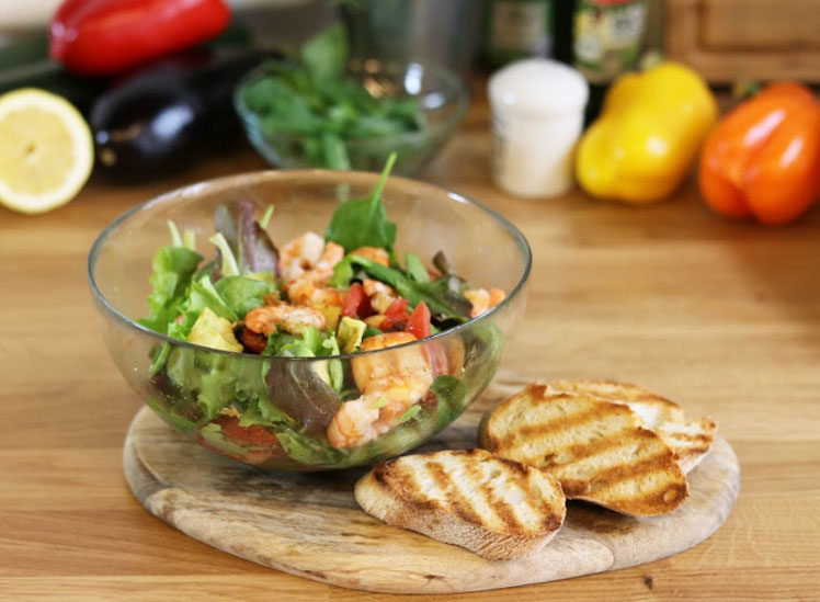 Salat mit Avocado und gegrillten Scampi