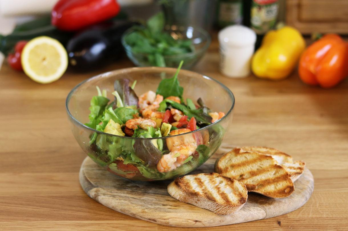 Rezept: Sommerlicher Salat mit gegrillten Garnelen und Avocado