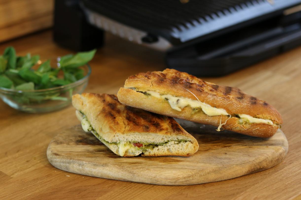 Kontaktgrill-Rezept: Caprese-Sandwich mit frischem Basilikum