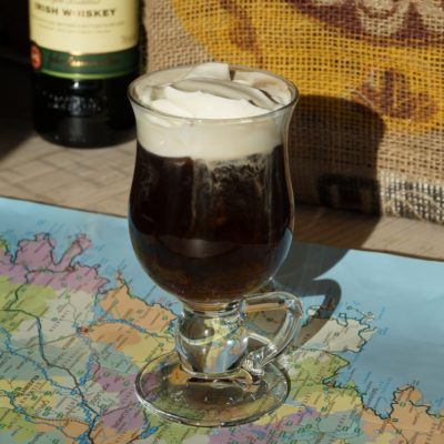 Kaffee mit Whiskey Sahne Rohrzucker Irish Coffee Glas