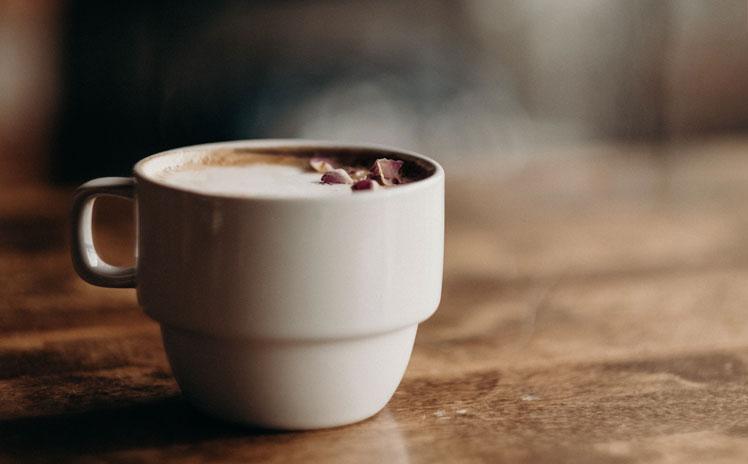 perfekter milchschaum auf dem kaffee