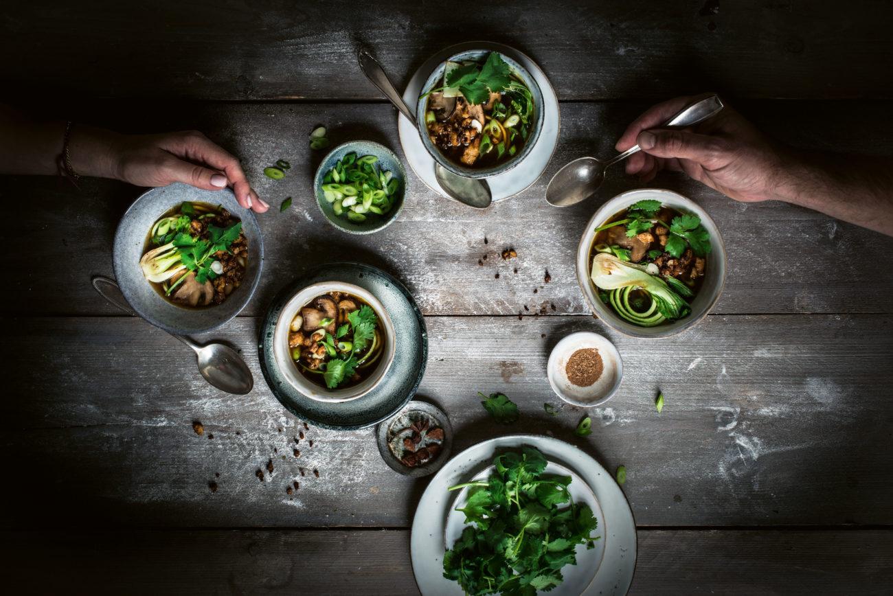 Rezept für eine vegane Zucchini-Pho-Bowl - Küchentipps